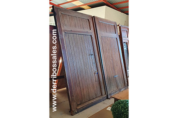 Portón de madera de mobila. Dimensiones: 253 x 215 cm.