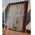 Puerta de hierro. Medidas: 265 x 210 cm.