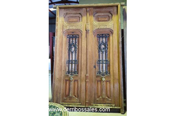 Puerta valenciana de madera maciza, con reja. Medidas: 280 x 176 cm. En perfecto estado de conservación.