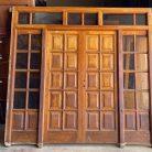 Puerta de madera maciza de mobila. Puerta doble con fijos de cristal. Dimensiones: 240 x 253 cm.