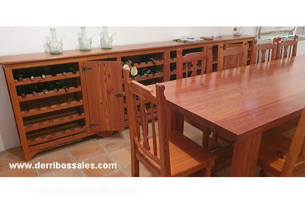Magnífico juego para bodega, de madera de mobila. Consiste en mesa, sillas y botellero. Dimensiones: Mesa de mobila: 270 x 91 x 79,5 x 4,5 cm. Mueble Botellero de mobila: 330 x 34 x 94,5 cm.