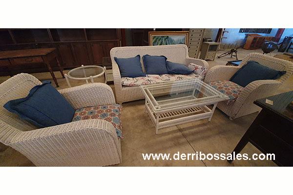 Completo juego de terraza lacado en blanco. El conjunto está compuesto de 2 sillones individuales, 1 biplaza, mesa alargada y mesita redonda, ambas con tapa de cristal.