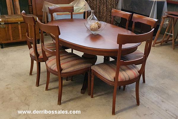 Conjunto de comedor compuesto de mesa, sillas y aparador. Las medidas de la mesa son: 160 x 110 x 65 cm.